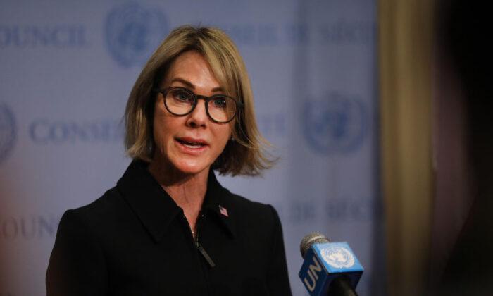 La embajadora de Estados Unidos ante las Naciones Unidas, Kelly Craft, habla con los periodistas en la sede de la ONU en la ciudad de Nueva York, el 12 de septiembre de 2019. (Spencer Platt/Getty Images)
