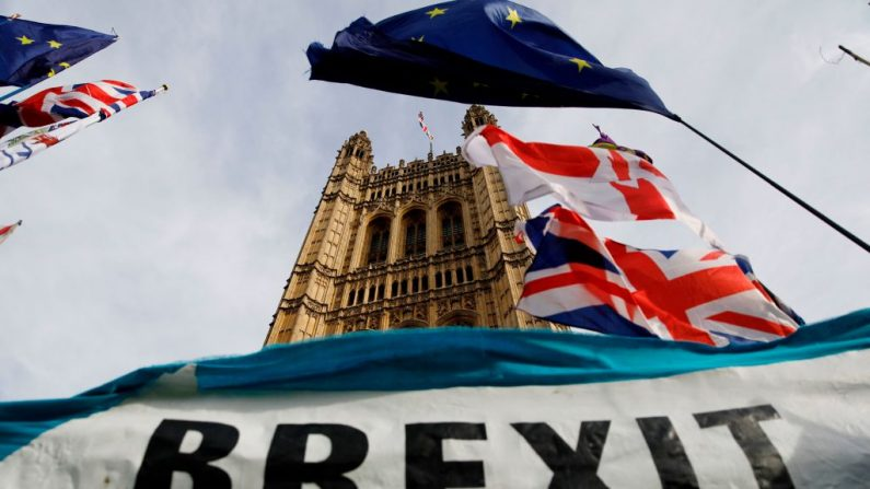 Una pancarta pro-Brexit se ve fuera de las Cámaras del Parlamento en Londres el 30 de octubre. 2019, día en que los líderes políticos británicos debatieron continuar la propuesta de Brexit que ya duraba varios años. Imagen de archivo. (Tolga Akmen/AFP vía Getty Images)