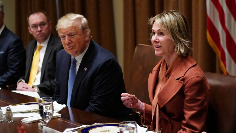 El presidente Trump escucha a la embajadora de los Estados Unidos ante las Naciones Unidas, Kelly Craft, durante un almuerzo con los representantes permanentes del Consejo de Seguridad de las Naciones Unidas en la Sala del Gabinete de la Casa Blanca en Washington, el 5 de diciembre de 2019. (Mandel Ngan/AFP vía Getty Images)