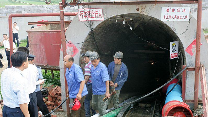 Los equipos de rescate trabajan en el lugar del accidente en una mina de mineral el 11 de julio de 2011 en Weifang, provincia de Shandong en China. (Foto de archivo de Getty Images)