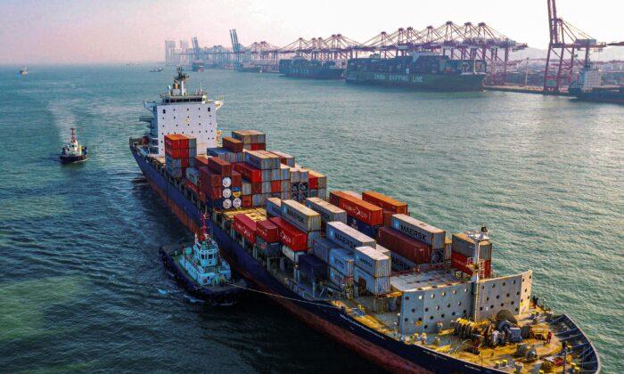 Un buque de carga con contenedores se dirige a un puerto en la ciudad de Qingdao, en la provincia oriental de Shandong (China), el 14 de enero de 2020. (AFP vía Getty Images)