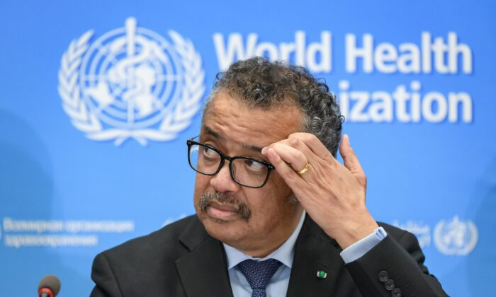 El secretario general de la Organización Mundial de la Salud (OMS), Tedros Adhanom Ghebreyesus, da una conferencia de prensa en la sede de la OMS en Ginebra el 24 de febrero de 2020. (Fabrice Coffrini/AFP a través de Getty Images)