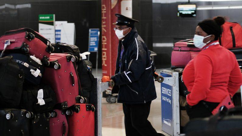 En la terminal que sirve a los aviones con destino a China, las personas usan máscaras médicas por preocupación por el covid-19 en el Aeropuerto John F.Kennedy (JFK), el 31 de enero de 2020 en Nueva York (EE.UU.). (Foto de Spencer Platt / Getty Images)