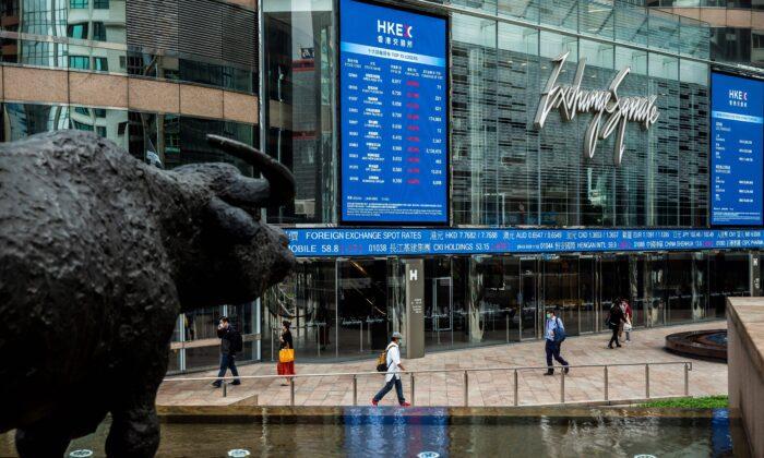 Los Tableros electrónicos muestran precios de algunas acciones en la Plaza de la Bolsa de Hong Kong el 9 de marzo de 2020. (ISAAC LAWRENCE/AFP a través de Getty Images)