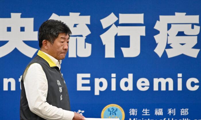 El ministro de Salud y Bienestar de Taiwán, Chen Shih-chung, llega a una conferencia de prensa en la sede de los Centros para el Control de Enfermedades (CDC) en Taipei, el 11 de marzo de 2020. (Sam Yeh/AFP a través de Getty Images)
