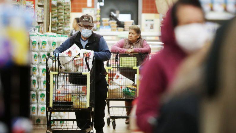 Las personas mayores compran comestibles durante el horario especial abierto para personas mayores y discapacitados solo en Northgate Gonzalez Market, un supermercado de especialidades hispanas, el 19 de marzo de 2020 en los Ángeles, California (EE.UU.). (Foto de Mario Tama / Getty Images)