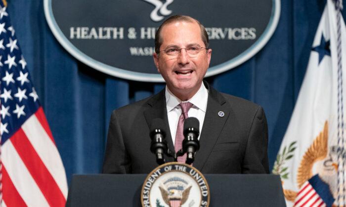 El secretario de Salud y Servicios Humanos de Estados Unidos, Alex Azar, habla después de una sesión informativa del Grupo de Trabajo sobre el Coronavirus de la Casa Blanca, en el Departamento de Salud y Servicios Humanos, en Washington, el 26 de junio de 2020. (Joshua Roberts/Getty Images)