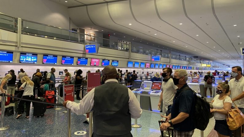 Los pasajeros transitan por el Aeropuerto Internacional de Las Vegas el 29 de agosto de 2020. (Daniel Slim/AFP a través de Getty Images)