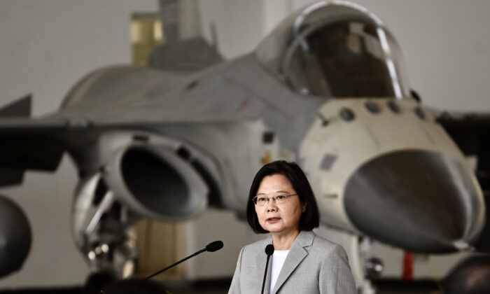 La presidenta de Taiwán, Tsai Ing-wen, habla delante de un avión de combate de defensa F-CK-1, de fabricación nacional, durante su visita a la Base de la Fuerza Aérea de Penghu, Taiwán, el 20 de septiembre de 2020. (Sam Yeh/AFP vía Getty Images)