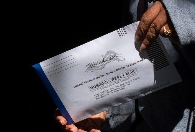 Un votante deposita su voto anticipado en el centro de votación de la A.B. Day School el 17 de octubre de 2020 en Filadelfia, Pensilvania.(Mark Makela/Getty Images)