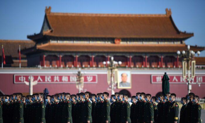 Policías paramilitares chinos se reúnen en la Plaza de Tiananmen, en Beijing, el 23 de octubre de 2020. (Noel Celis/AFP a través de Getty Images)