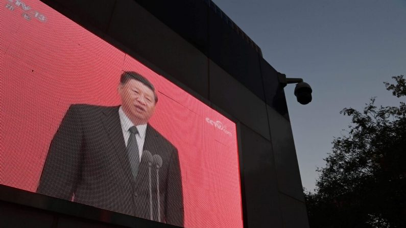 Un video del líder chino Xi Jinping se ve en el exterior de una estación de policía en Beijing el 2 de noviembre de 2020. (Greg Baker/AFP vía Getty Images)