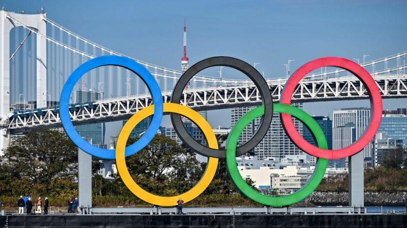 Los anillos olímpicos se reinstalan en el paseo marítimo de Tokio el 1 de diciembre de 2020. (Charly Triballeau/AFP vía Getty Images)