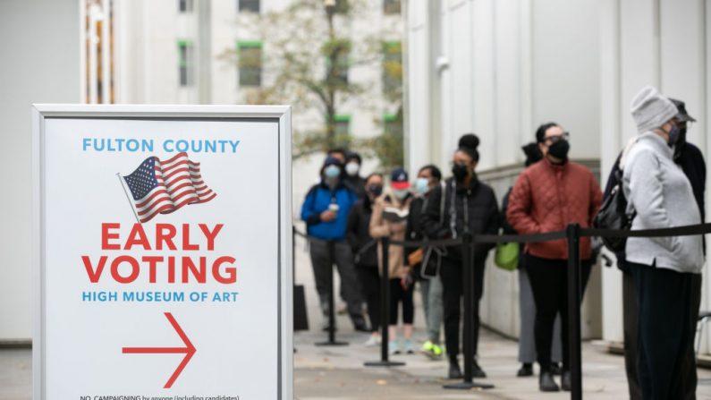 Varios votantes hacen fila durante el primer día de votación anticipada fuera del centro de votación del High Museum el 14 de diciembre de 2020 en Atlanta, Georgia. (Foto de Jessica McGowan/Getty Images)