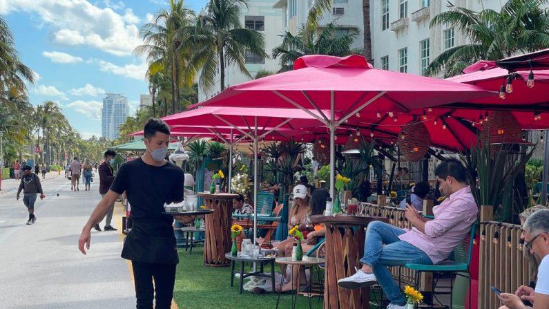 La gente disfruta de una bebida en el área al aire libre de los restaurantes de Ocean Drive el 19 de diciembre de 2020 en South Beach, Florida, en medio de la pandemia de covid-19. (Daniel Slim / AFP vía Getty Images)