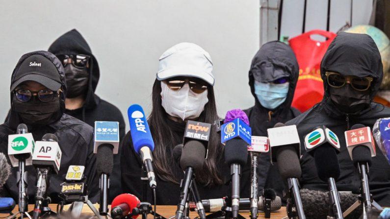 """Miembros de las familias de los """"12 de Hong Kong"""" dan una conferencia de prensa en Hong Kong el 28 de diciembre de 2020. (Peter Parks/AFP vía Getty Images)"""