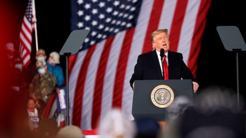 El presidente de Estados Unidos Donald Trump habla durante una manifestación en apoyo de los senadores republicanos Kelly Loeffler y David Perdue antes de la segunda vuelta del Senado en el Aeropuerto Regional de Dalton, Georgia, el 4 de enero de 2021. (MANDEL NGAN/AFP vía Getty Images)