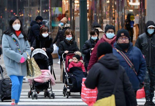 La gente camina por una concurrida zona comercial en medio de la pandemia de covid-19 el 5 de enero de 2021 en la ciudad de Nueva York. (Foto de ANGELA WEISS / AFP a través de Getty Images)