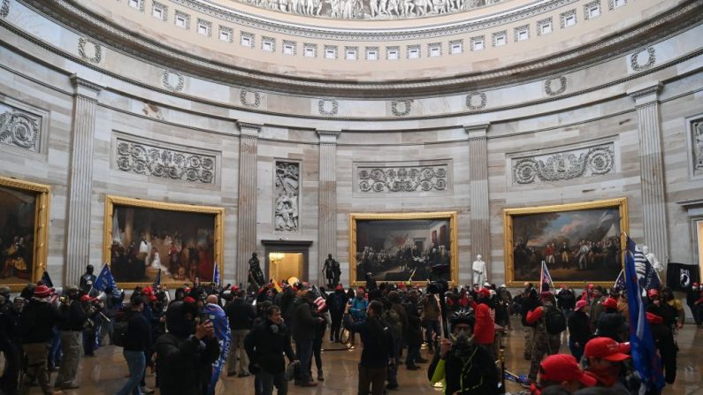 Los manifestantes entran en la Rotonda del Capitolio de EE. UU. el 6 de enero de 2021, en Washington, DC. (SAUL LOEB/AFP vía Getty Images)