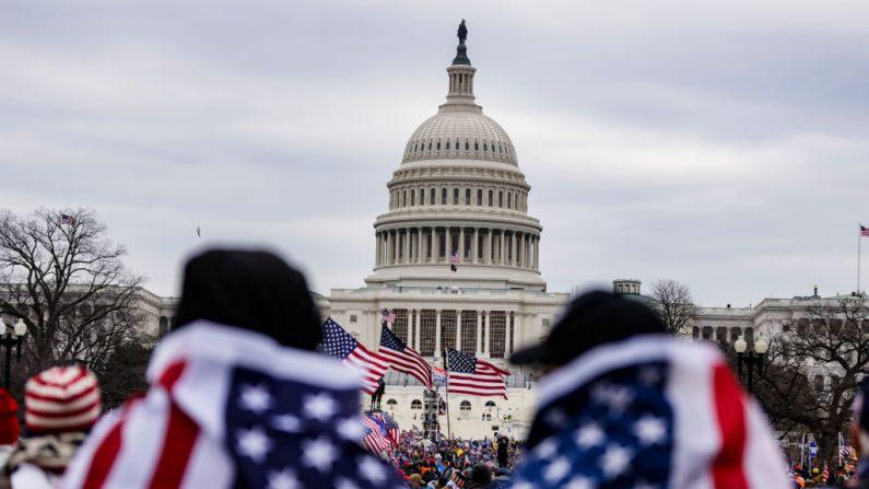 Un grupo de manifestantes cerca al edificio del Capitolio, el 6 de enero de 2021 en Washington, D.C. (Jon Cherry/Getty Images)