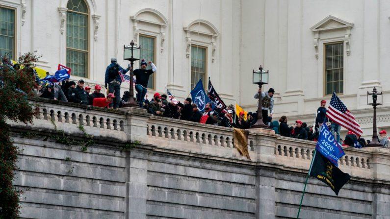 Manifestantes protestan frente al Capitolio de los EE.UU. el 6 de enero de 2021, en Washington, DC. (ALEX EDELMAN/AFP vía Getty Images)