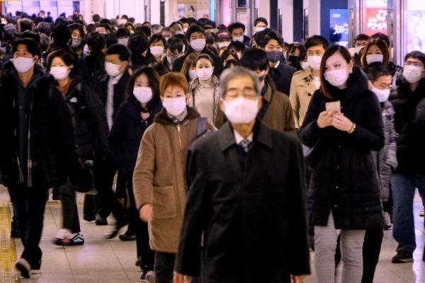 La gente camina en una explanada en una estación terminal en las horas de la mañana de Tokio (Japón) el 7 de enero de 2021. (Foto de KAZUHIRO NOGI / AFP a través de Getty Images)