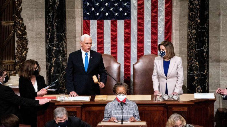 El vicepresidente Mike Pence y la presidenta de la Cámara de Representantes, Nancy Pelosi, presiden una sesión conjunta del Congreso para certificar los resultados del Colegio Electoral de 2020 luego de que los partidarios del presidente Donald Trump irrumpieran en el Capitolio ese mismo día en el Capitolio en Washington, DC el 6 de enero de 2020. (Erin Schaff/POOL/AFP a través de Getty Images)