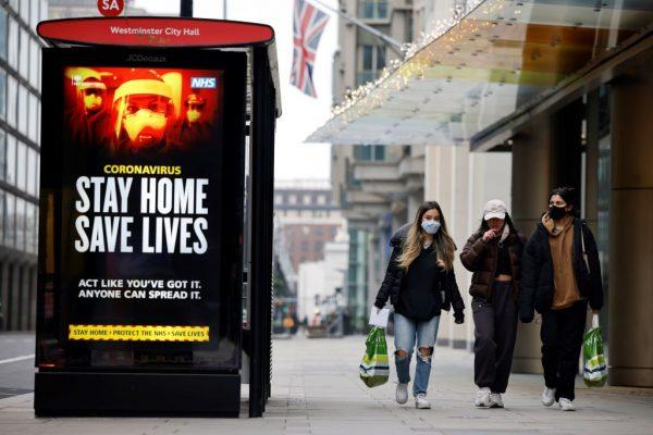 Una pantalla digital en una estación de autobuses advierte a los peatones sobre la nueva cepa de covid-19 en el centro de Londres el 8 de enero de 2021. (Foto de TOLGA AKMEN / AFP a través de Getty Images)