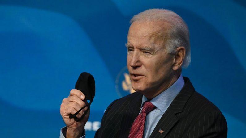 El presidente electo de los Estados Unidos, Joe Biden,  responde a las preguntas de los medios de comunicación en el teatro The Queen en Wilmington, Delaware, el 8 de enero de 2021. (Jim Watson/AFP vía Getty Images)