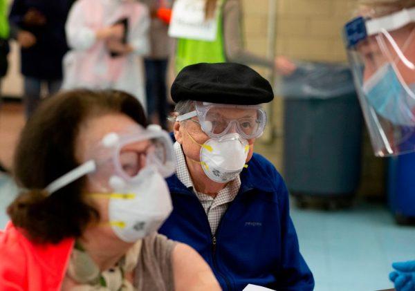 Un hombre se prepara para recibir una dosis de la vacuna contra la enfermedad del covid-19 de Moderna (COVID-19) en un sitio de vacunación en South Bronx Educational Campus, en el Bronx New York (EE.UU.) el 10 de enero de 2021. (Foto de Kena Betancur / AFP) por KENA BETANCUR / AFP a través de Getty Images)