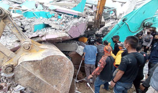 Rescatistas buscan sobrevivientes en un edificio derrumbado en la ciudad de Mamuju el 15 de enero de 2021, luego de que un terremoto de magnitud 6.2 sacudiera la isla de Sulawesi en Indonesia. (Foto de Mawardi / AFP a través de Getty Images)