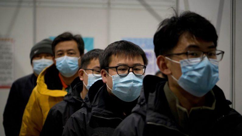 La gente llega para ser inmunizada con la vacuna COVID-19 al Museo Chaoyang de Planificación Urbana en Beijing, China, el 15 de enero de 2021. (NOEL CELIS/AFP vía Getty Images)