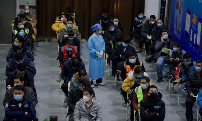 La gente espera a ser inoculada con una vacuna COVID-19 en el Museo Chaoyang de Planificación Urbana en Beijing, el 15 de enero de 2021. (NOEL CELIS/AFP vía Getty Images)