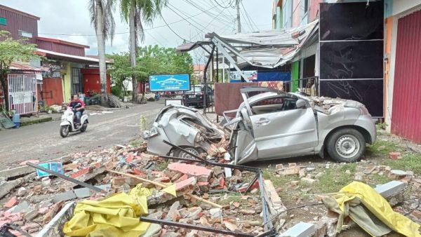 Un automóvil destruido se encuentra entre los escombros al costado de una calle en Mamuju el 15 de enero de 2021, después de que un terremoto de magnitud 6.2 sacudiera la isla de Sulawesi en Indonesia. (Foto de Mawardi / AFP a través de Getty Images)