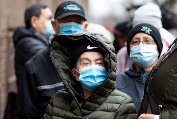 La gente espera en la fila para recibir las vacunas Pfizer contra el covid-19 en la apertura de un nuevo sitio de vacunación en Corsi Houses en Harlem, Nueva York (EE.UU.), el 15 de enero de 2021. (Foto de Kena Betancur / AFP a través de Getty Images)