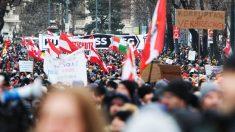 Miles de personas se manifiestan en Viena contra el confinamiento