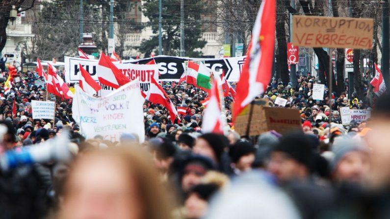 Los manifestantes marchan durante una protesta contra las restricciones por el covid-19 en la Ringstrasse en Viena, Austria, el 16 de enero de 2021. (Foto de Alex Halada / AFP a través de Getty Images)