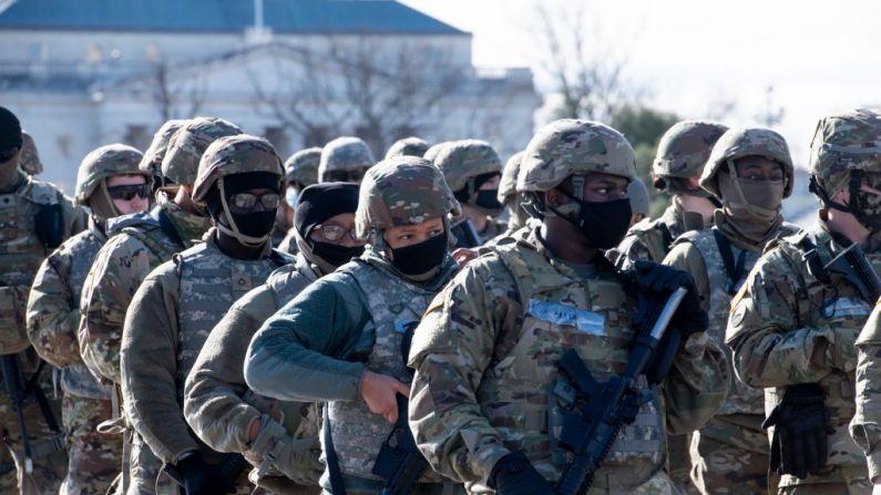 Departamento de Defensa y FBI examinan a miembros de la Guardia Nacional en D.C., dice jefe del Pentágono