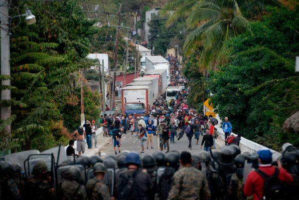 Las fuerzas de seguridad bloquean a los migrantes que llegaron en caravana desde Honduras en su camino a Estados Unidos, en Vado Hondo, Guatemala, el 18 de enero de 2021. (Foto de Johan Ordonez / AFP vía Getty Images)