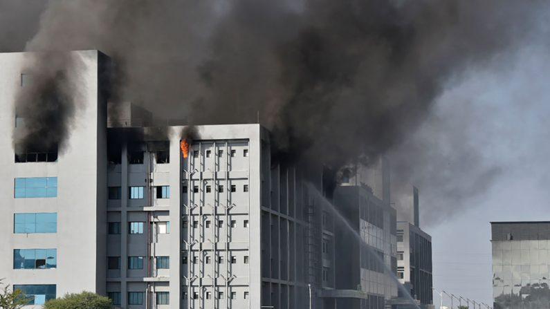 Los bomberos intentan controlar un incendio que se desató en el Serum Institute de India en Pune el 21 de enero de 2021. (Foto de AFP via Getty Images)