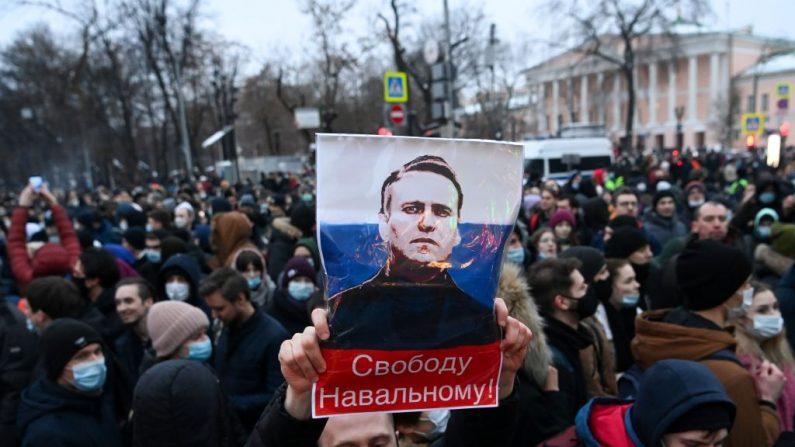 Los manifestantes marchan en apoyo del líder opositor encarcelado Alexéi Navalni en el centro de Moscú, Rusia, el 23 de enero de 2021. (Foto de Kirill Kudryavtsev / AFP a través de Getty Images)