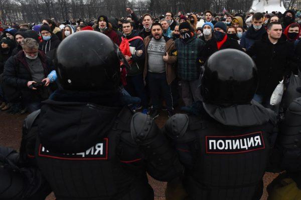La gente asiste a una manifestación en apoyo del líder opositor encarcelado Alexei Navalny en San Petersburgo, Rusia, el 23 de enero de 2021. (Foto de Olga Maltseva / AFP vía Getty Images)