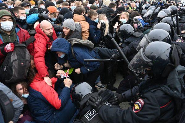 Los manifestantes chocan con la policía antidisturbios durante una manifestación en apoyo del líder opositor encarcelado Alexéi Navalni en el centro de Moscú, Rusia, el 23 de enero de 2021. (Foto de Kirill Kudryavtsev / AFP vía Getty Images)