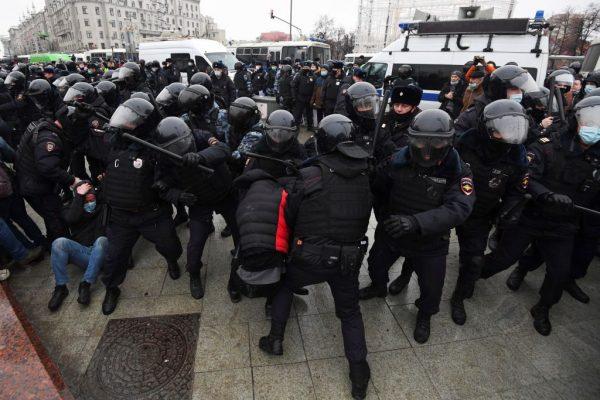 Los manifestantes chocan con la policía antidisturbios durante una manifestación en apoyo del líder opositor encarcelado Alexéi Navalni en el centro de Moscú, Rusia, el 23 de enero de 2021. (Foto de Natalia Kolesnikova / AFP vía Getty Images)