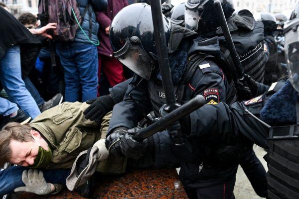 Los manifestantes chocan con la policía antidisturbios durante una manifestación en apoyo del líder opositor encarcelado Alexei Navalny en el centro de Moscú, Rusia, el 23 de enero de 2021. (Foto de Kirill Kudryavtsev / AFP a través de Getty Images)