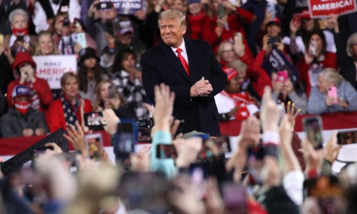 El presidente Donald Trump asiste a un mitin para apoyar a los senadores republicanos de Georgia, David Perdue y Kelly Loeffler, en Valdosta, Georgia, el 5 de diciembre de 2020. (Spencer Platt/Getty Images)