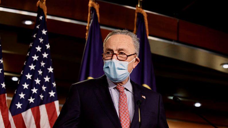 El líder de la mayoría del Senado, Chuck Schumer (D-NY), en una conferencia de prensa en Capitol Hill el 20 de diciembre de 2020 en Washington, DC. (Tasos Katopodis/Getty Images)