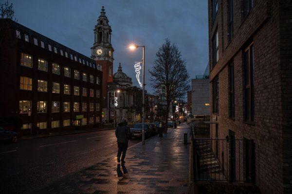 Los miembros del público caminan por la ciudad de Woolwich el 4 de enero de 2021 en Londres, Inglaterra. (Foto de Dan Kitwood / Getty Images)