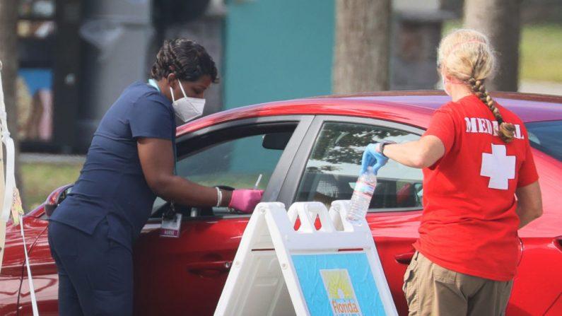 Una trabajadora de salud del Departamento de Salud de Florida en Broward se prepara para administrar una vacuna contra el COVID-19 en un sitio de vacunación en el Vista View Park el 4 de enero de 2021 en Davie, Florida (EE.UU.). (Foto de Joe Raedle / Getty Images)