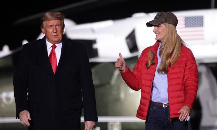 El Presidente de Estados Unidos, Donald Trump, llega con la senadora Kelly Loeffler (R-Ga.) a un mitin de campaña en el Aeropuerto Regional de Dalton en Dalton, Ga., el 4 de enero de 2021. (Alex Wong/Getty Images)
